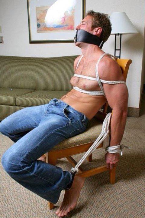 Metalbond_ChairBondage_02