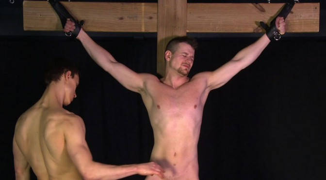 Video: Muscle boy Thomas is crucified