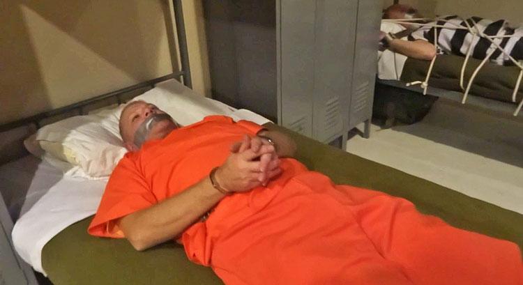 Men_In_Chains_Prisoners_in_the_Barracks_02
