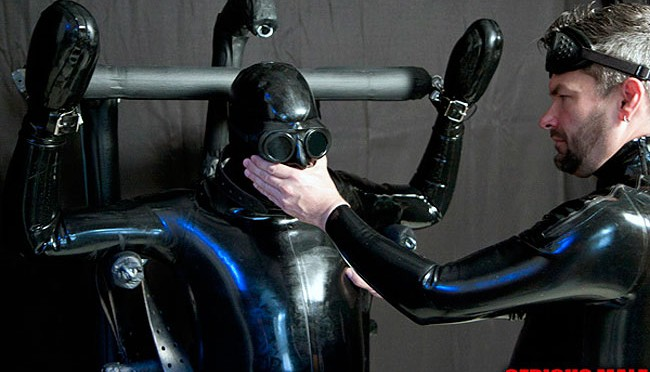 Male BDSM: This rubber dude is totally fucked