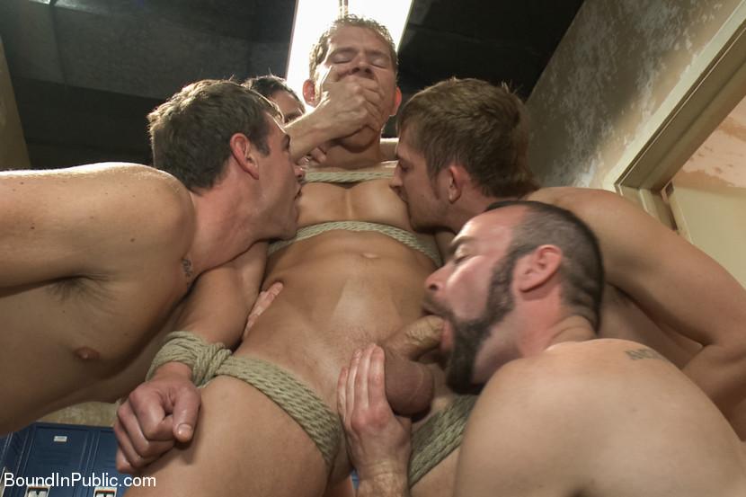 bryunetka-porno-zhestkoe-parni-pozabavilis