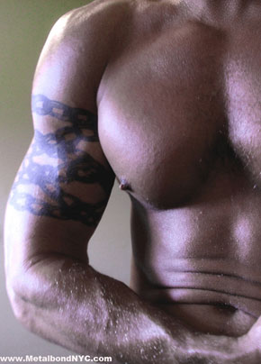 MetalbondNYC_gay_male_bondage_muscular_chastity_dude_01_arm