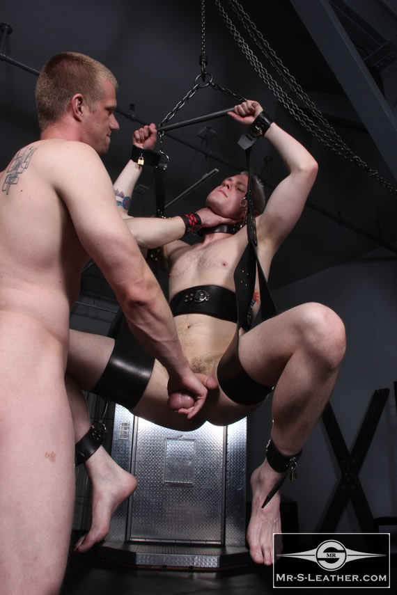 Gay_male_bondage_sling_01