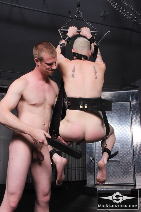 Gay_male_bondage_sling_03