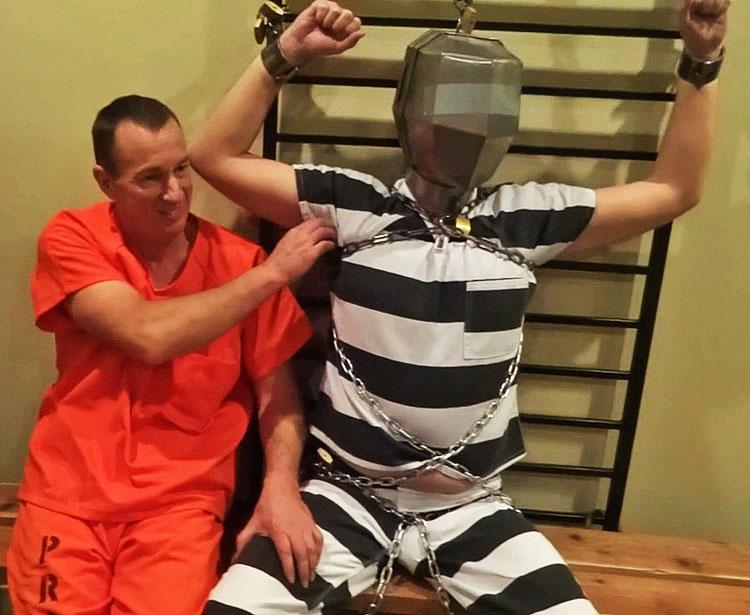 Men_In_Chains_Prisoners_in_the_Barracks_03