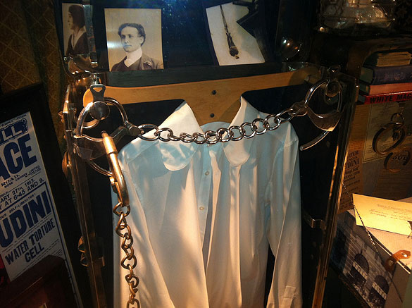 houdini_handcuffs_disney_02