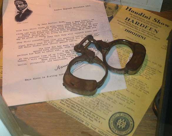 houdini_handcuffs_disney_04