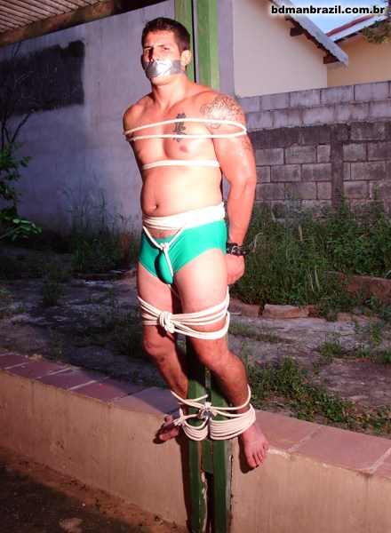 men_tied_in_rope_06